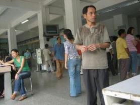 Finalement la poste en Chine, c'est un peu comme chez nous ... on fait la queue ...