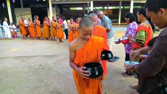 Tournée d'aumônes au temple Wat Trai Sirimongkhon, Thaïlande. Photographie : Donavanik (CC)