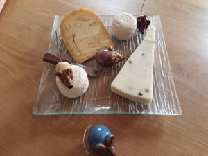 Inoffensives souris en céramique pour décorer un plateau de fromage