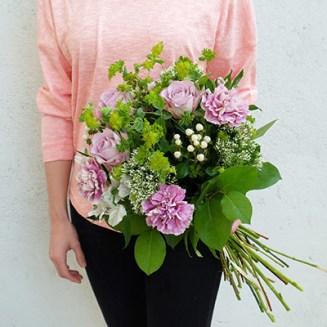 un ramo de bourguignon con claveles y rosas