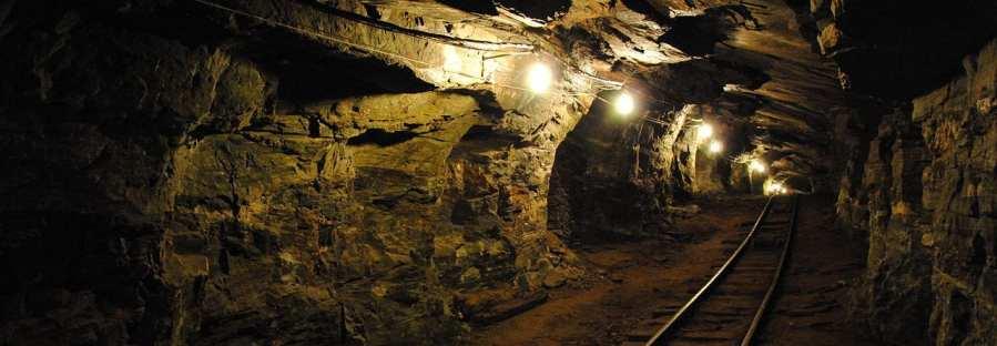Beleuchtete Mine mit Gleis