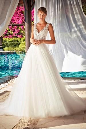 photo de robe de mariée style bohème chic, coupe princesse en tulle fluide. Robe tendance 2021. Style intemporel, Dentelle fleurie. Marque haute gamme, Fait en Espagne