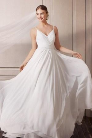 robe de mariée simple et élégante, en mousseline avec finitions drapées et ceinture à strass, bretelles fines