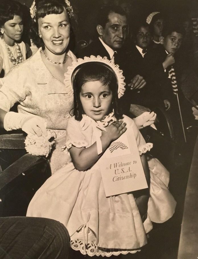 To 1961, σε ηλικία 3 ετών, η Λίντα – Κάρολ πήρε και επίσημα την αμερικανική υπηκόοτητα
