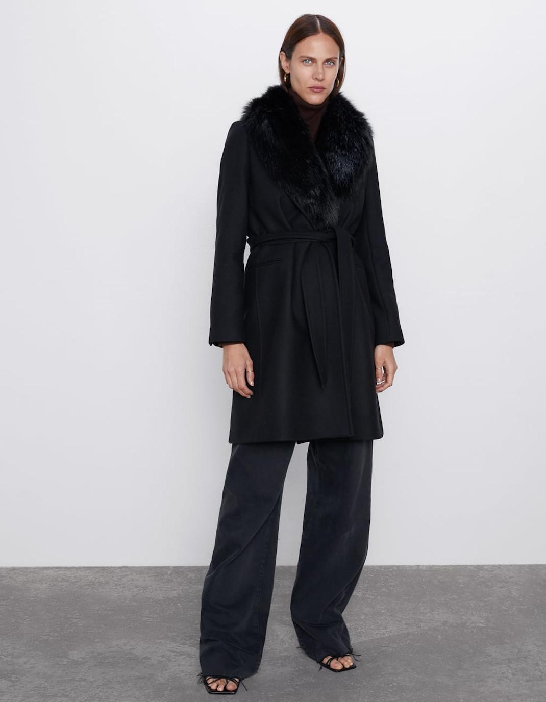 γυναίκα φορά παλτό με γούνα