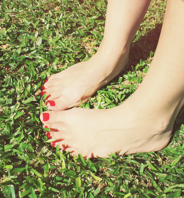 pieds nus dans herbe