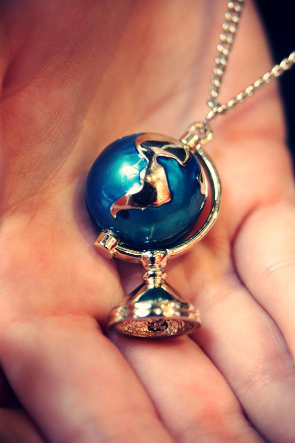 collier globe terrestre