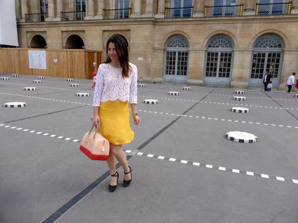 tenue jaune et dentelle blanche
