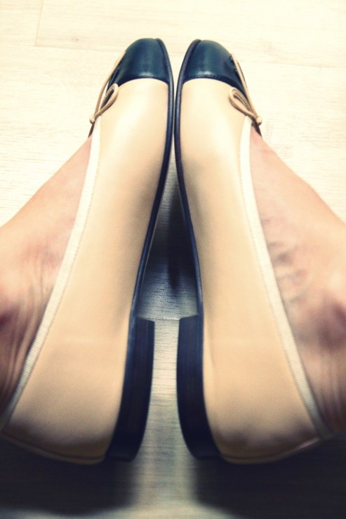 ballerines_ballerinas_flats_chanel_beige_black_noir_negro_leather_piel_cuir_shoes_chaussures_COTE.jpg_effected