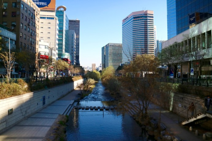 Cheonggyecheon_stream_walk_buildings