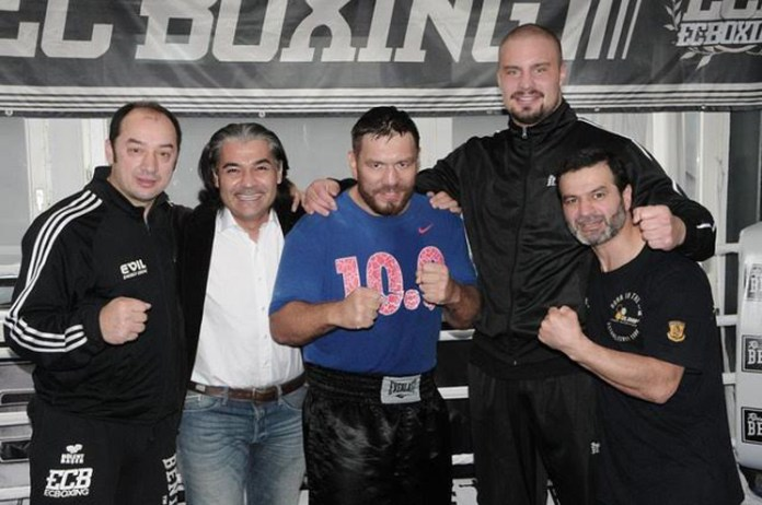 EC-Coach Bülent Başer, Promoter Erol Ceylan, Weltmeister Ruslan Chagaev, Adrian Granat und Trainer Artur Grigorian