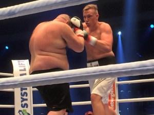 Der erste Kampf ist gleich ein Profidebüt: Schwergewichtler Alexander Hofmann boxt gegen Gürkan Basak / Foto: Sebastian Heger