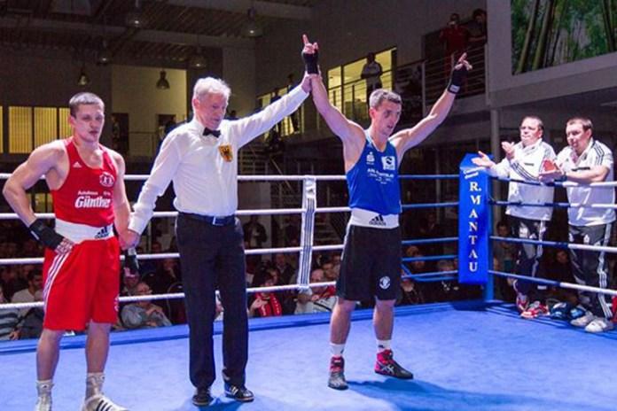 Links Dimitry Rudenko mit Gewinner Eugen Dahinten nach dem gestrigen Kampf in Potsdam / Foto: Detlev Scheerbarth