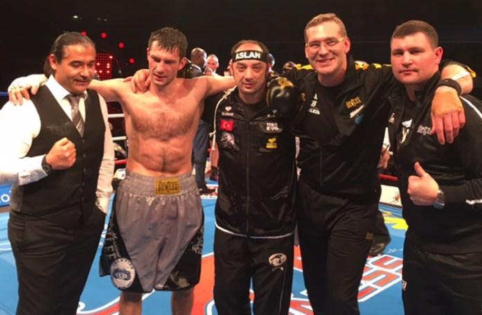 Erol Ceylan, Halbschwergewichts-Europameister Igor Mikhalkin und sein Team.jpg