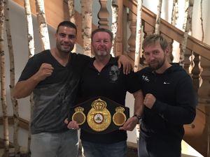 Foto von Manuel Charr mit Manager Christian Jäger und Trainer Jopo Pötschger (v.l.)
