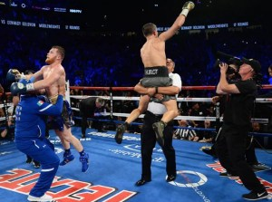 Der Kampf ist vorbei und beide Boxer reißen die Arme hoch.