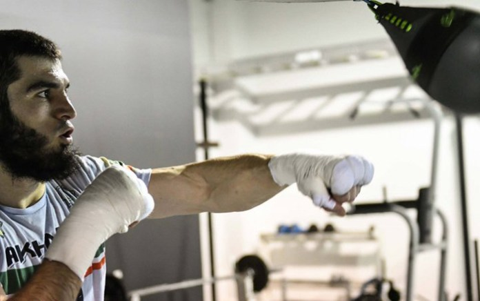 Der 32jährige ehemalige Amateur-Weltmeister Artur Beterbiev der in Khasavyurt, Russland geboren ist und seit einigen Jahren in Montreal.Quebec in Kanada lebt gilt als einer der stärksten Halbschwergewichtler der Welt. Seine Kampfbilanz von 11 KO-Siegen aus 11 Kämpfen ist selbstsprechend.