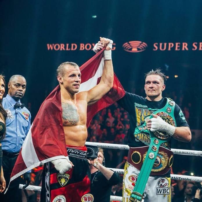 Doppel-Weltmeister Olexandr Usyk würdigt noch im Ring die starke Leistung seines lettischen Kontrahenten und hebt die Hand von Briedis nach oben.