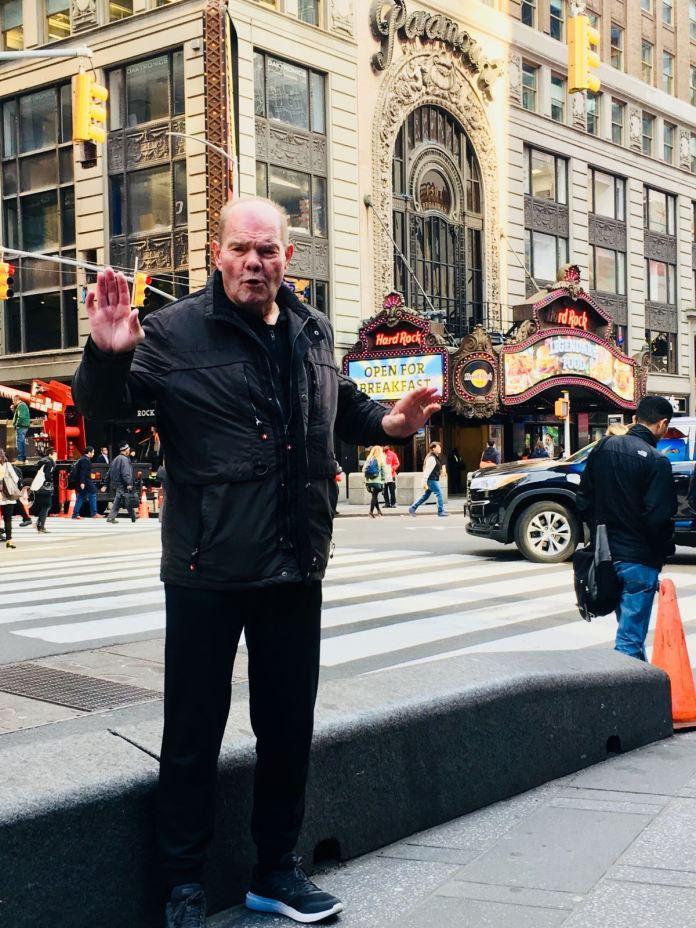 Der frühere Schwergewichts-Europameister Jürgen Blin aus Hamburg gehört auch zur Crew die Erol Ceylan und Igor Milkhalkin nach New York begleitet haben. Auf dem Foto steht der ehemalige Gegner von Muhammad Ali vor dem alt-ehrwürdigen Madison Square Garden in New York