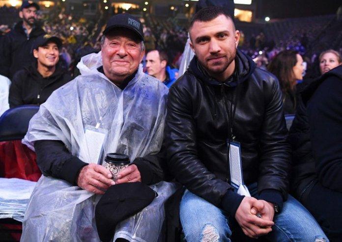 Promoter-Legende Bob Arum und der Box-Superstar, Olympiasieger und Weltmeister Vasyl Lomachenko im Regen am Ring der open air Veranstaltung des StubHub Center's