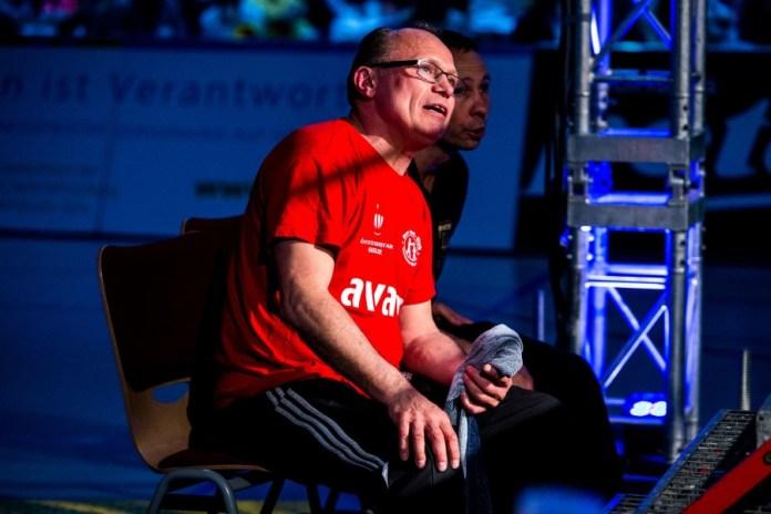 Konzentrierter Blick in den Ring BSK-Trainer Arthur Mattheis / Foto: Christoph Keil