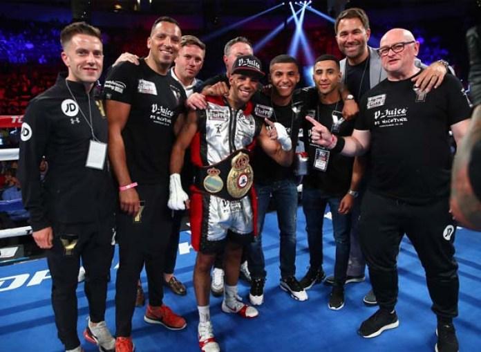 Der WBA Super-Champ Khalil Yafai mit seinem Team