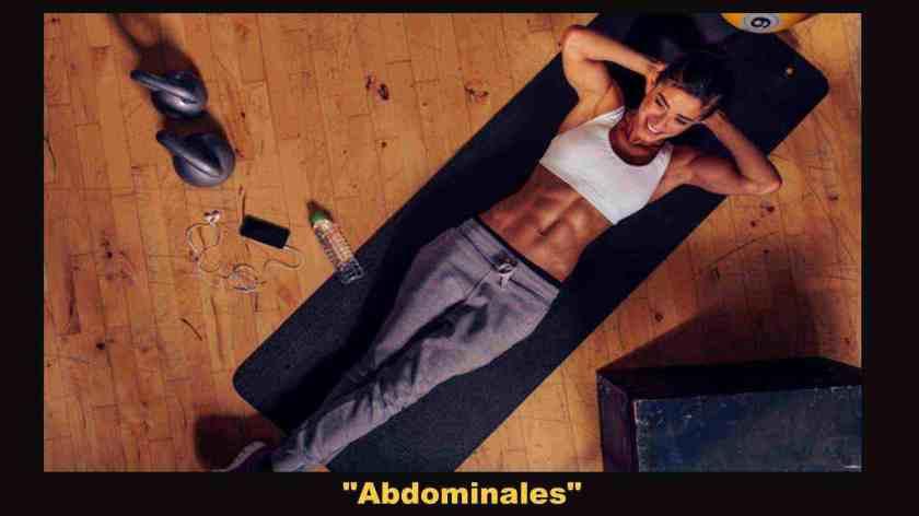 mujer haciendo abdominales en colchoneta