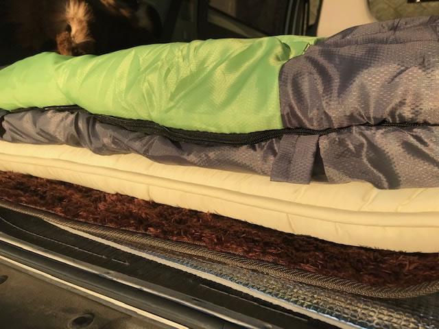 寝過ごし注意!分厚い敷布団で車中泊猟をより快適にしてみた。