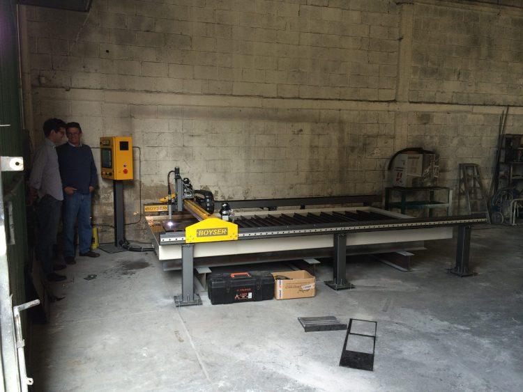 SOLACERO Fecha: 18 junio, 2014 Ecatepec, Estado de México, México. Pantógrafo MARK5-HD (modelo descontinuado) con área de corte de 5×10 pies. Está equipado con una fuente de plasma modelo Powermax105 de la marca Hypertherm.