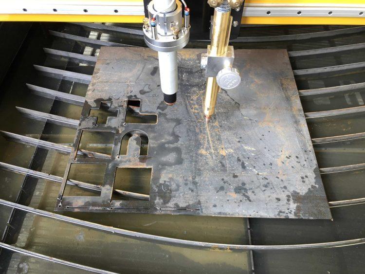 TECNOINFRAESTRUCTURA & CONSULTORÍA Fecha: 17 agosto, 2018 Pachuca, Hidalgo, México. Este cliente cuenta con un pantógrafo MARK7 (modelo descontinuado) con área de corte de 6×10 pies. Está equipado con una fuente de plasma modelo Powermax125 de la marca Hypertherm y un sistema de oxicorte BOYSER con control de altura manual.