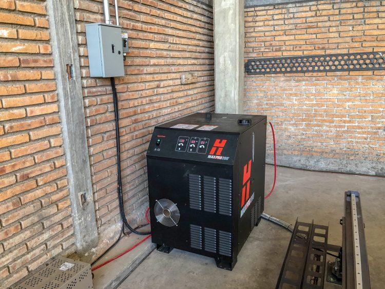 GRUPO MAB CONSTRUCCIONES Fecha: 9 octubre, 2019 Durango, Durango, México. Este cliente cuenta con un pantógrafo BOYSER HD con área de corte de 10×20 pies. Está equipado con una fuente de plasma modelo MAXPRO200 de la marca Hypertherm y un sistema de oxicorte BOYSER con control de altura automático.