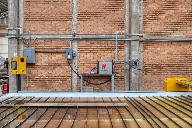 DLS SERVICIOS AUTOMOTRICES E INDUSTRIALES Fecha: 12 noviembre, 2020 Durango, Durango, México. Este cliente cuenta con un pantógrafo BOYSER HD con área de corte de 8×20 pies. Está equipado con una fuente de plasma modelo Powermax105 de la marca Hypertherm y un sistema de oxicorte BOYSER con control de altura automático.