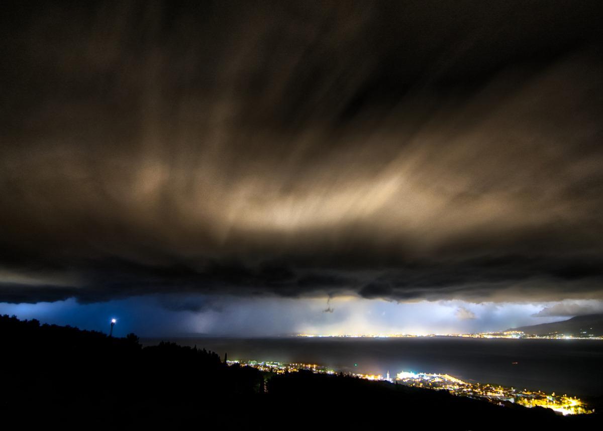 shelf-oblak-oluja-supetar-split-brač