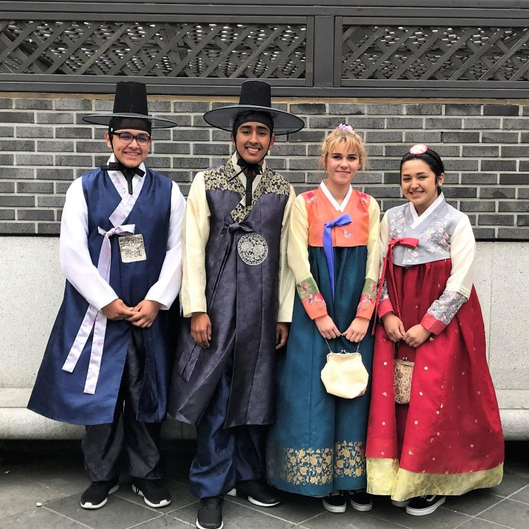 Michael Macias, Taylor Good, Ayde vist Seongbuk-gu, Seoul, South Korea.