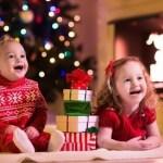 Des enfants captivés par lePère le Père Noël