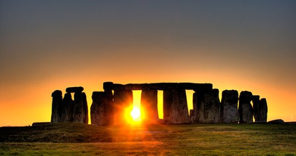 Stonehenge at sunrise by Simon Wakefield, Wikimedia