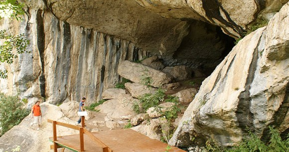 Pëllumbasi Cave, Albania by Albinfo, Wikimedia Commons