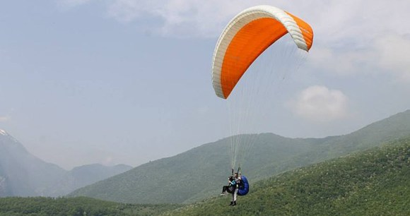 paragliding. Kosovo by Athens382, Wikimedia Commons