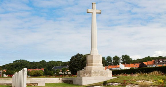 Boulogne Eastern Cemetery Nord-Pas de Calais France by Wernervc Wikimedia Commons