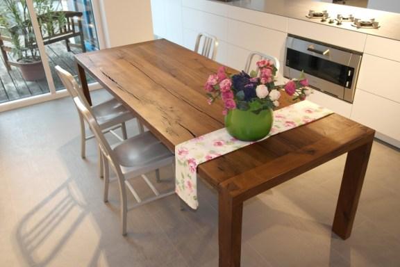 Highlight in unserer Ausstellung: Massivholztisch aus 300 Jahre altem Eichenholz