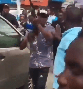 Traders In Computer Village Lagos Blocks SARS Officers From Arresting A Man