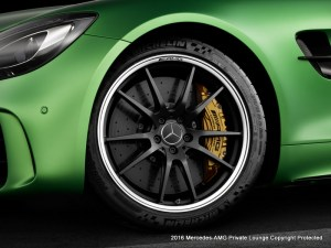 AMG GT R; 2016; Studio; Exterrieur: AMG Green Hell magno; AMG Performance Schmiederad exklusiv für AMG GT R; Kraftstoffverbrauch kombiniert: 11,4 l/100 km, CO2-Emissionen kombiniert: 259 g/kmAMG GT R; 2016; studio;Exterior: AMG Green Hell magno; AMG performance forged wheel exclusive for the AMG GT RFuel consumption, combined: 11.4 l/100 km, CO2 emissions, combined: 259 g/km