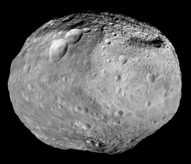 Asteroide Vesta e Cratera Rheasilvia - Créditos: NASA/JPL