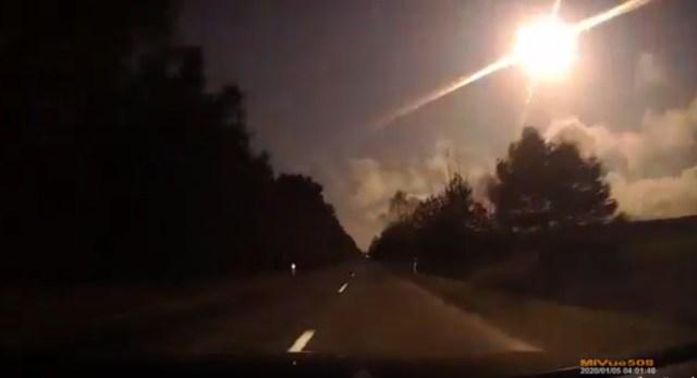 Meteoro registrado por câmera veicular na Polônia