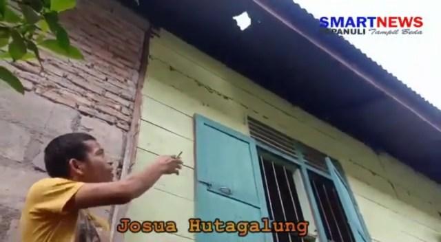 Josua mostra o buraco no telhado feito pelo meteorito - Créditos: SmartNews