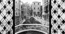 Una fotografia di Venezia ingrandita e rifotografata in studio, dove sono state aggiunte le antine con i vetri ed è stato grattugiato il gesso molto lentamente per dare la sensazione di neve