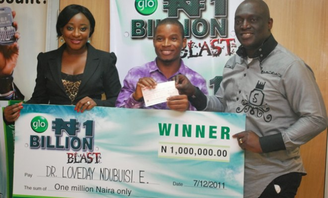 A winner in the Glo N1 Billion SIM registration promo, Dr. Loveday Ndubuisi receiving his cheque for N1 million from Glo ambassadors, Ini Edo and Sammy Okposo at a presentation ceremony held recently at Globacom headquarters in Lagos