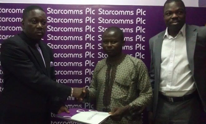 Babatunde Lawson, Head, Sales & Marketing of Starcomms, presenting a gift to Joseph Ogunlesi winner of the 'Talk now pay later promo' while Tayo Adigun Managing Director eCredit looks on at the event held in Lagos