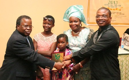 Engr. Andy Olotu (right), Managing Director, Schlumberger Nig. Limited presenting the ECOBITE of the Year award to Mr. Charles Igbinidu, publisher/Editor-in-chief, ionigeria.com. With them are Mrs Funlola Igbinidu, Adesuwa and Owen Igbinidu, wife and children of Charles Igbinidu