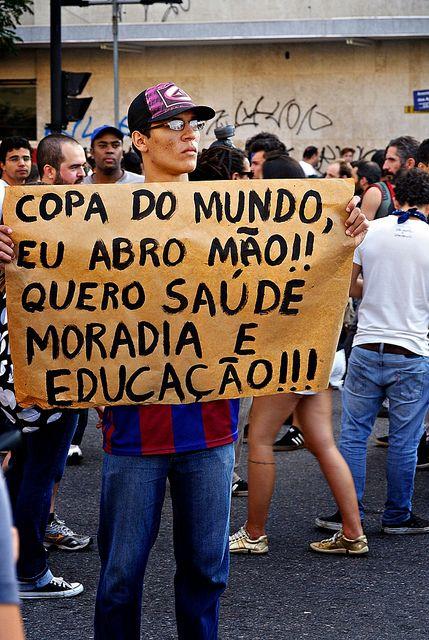 Un manifestante pide sanidad, vivienda y educación en Belo Horizonte. Foto: María Objetiva